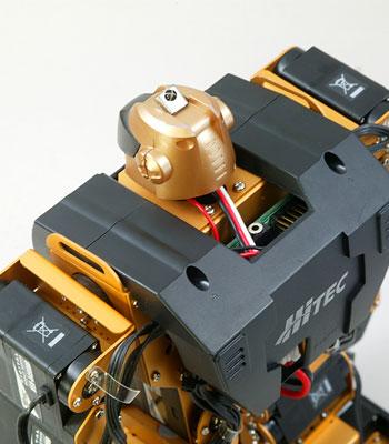El sensor de infrarrojos de la cabeza permite recibir las ordenes desde cualquier angulo.
